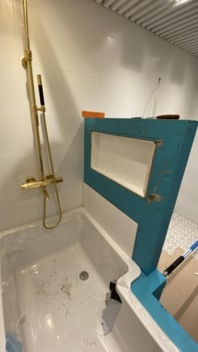 Kylppäri 2: väliseinän rakennus+ shampoo- hylly